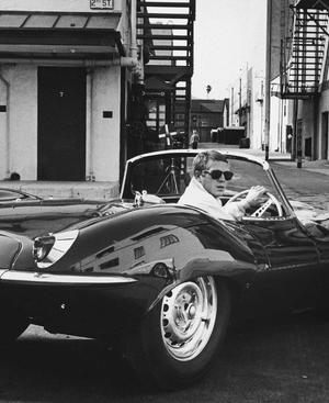 Cooler geht's kaum: Steve McQueen verlässt das Set im 1957er Jaguar XKSS (Aufnahme von 1963). Das Auto ist eigentlich ein Fifties-Rennwagen (D-Type, Seriensieger in Le Mans), für die Straße umgerüstet. Nur 17 solcher Exemplare entstanden.