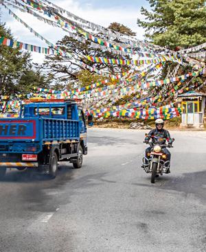 Blau, weiß, rot, grün, gelb: Im Wind flatternde Gebetsfahnen sind in Bhutan allgegenwärtig.