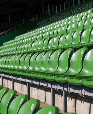 Leere Sitze im Stadion