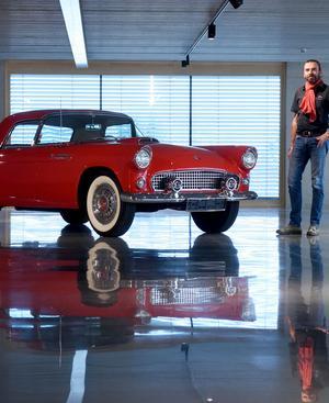 Wohl ein glücklicher Vogel, wenn man ihn fragen könnte: Clemens Stiegholzer und der 1955er Ford Thunderbird eines Stellplatz-Mieters.