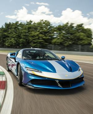 "Ferrari SF90 ""Assetto Fiorano"" in ""Racing-Livree"": 1000 PS, aber auf Wunsch auch lautlos per Elektromotor."