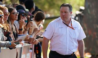 motor racing, Motorsport F1 GRAND PRIX, McLaren Chief Executive Officer Zak Brown meets fans in the crowd as he arrives