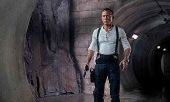 """James Bond trägt die Omega """"Seamaster Diver 300M 007 Edition"""" mit Armband, Gehäuse, Lünette und Zifferblatt aus Titan."""