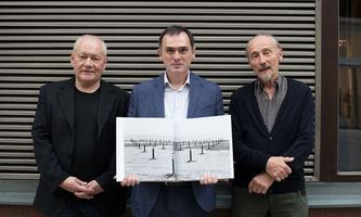 Fotograf Clemens Fabry mit Otto Brusatti (li.) und Richard Pils vom Verlag Bibliothek der Provinz.