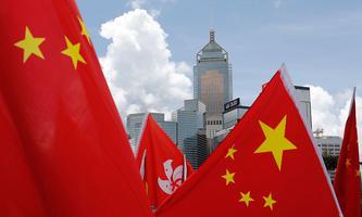 Die Wolkenkratzer von Hongkong verschwinden am 30. 6. hinter China-Flaggen von China-Anhängern, die das neue Sicherheitsgesetz befürworten.