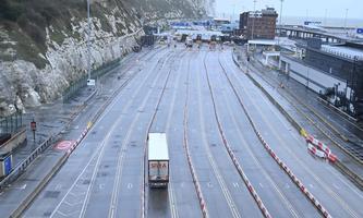 Ruhe vor dem Sturm? In Dover steht die Bewährungsprobe noch aus, denn viele Firmen füllten vor Jahreswechsel ihre Lager auf.