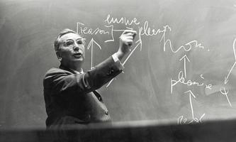 Viktor Frankl bei einem Vortrag =