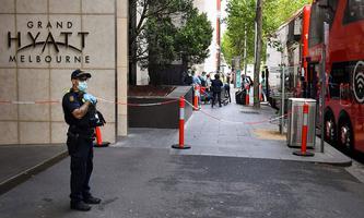 Sicherheitsbeamter vor dem Hotel