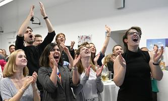 Ohrenbetäubender Jubel bei den grünen Spitzenkandidatinnen Adrijana Novakovic und Dietlinde Oberklammer (2. und 3. von links), als das ÖH-Endergebnis bekannt gegeben wird.