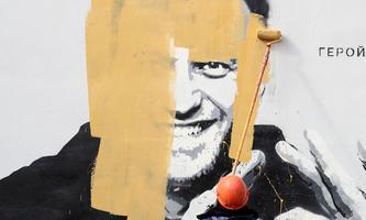 Übermalt: Ein Graffito in St. Petersburg, das den inhaftierten Oppositionsführer Alexej Nawalny zeigt und als Helden feiert.