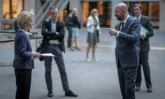 EU-Kommissionschefin Urusla von der Leyen und Ratspräsident Charles Michel sind in Brüssel - auf Abstand. Mit den EU-Staatschefs wird per Videokonferenz verhandelt.