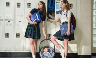 Sex hat zu Babys zu führen, lernen Alice (Natalia Dyer, re.) und ihre Freundin (Francesca Reale).