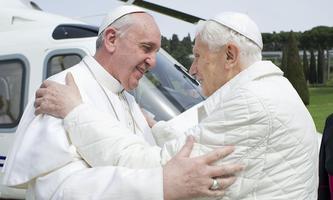 Am 23. März 2013 kam es schließlich zur historischen, weil seltenen, Amtsübergabe zwischen Franziskus (li.) und Benedikt XVI.