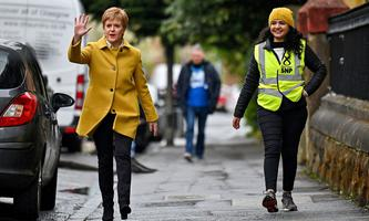 Nicola Sturgeon bleibt im Amt. Die Regierungschefin setzt auf Zeit, um die Unabhängigkeit zu erreichen.