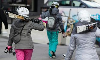 Skitouristen kehrten Ischgl Mitte März 2020 den Rücken. Damals wurde die Saison wegen der Pandemie vorzeitig - aber doch zu spät, wie viele meinen - beendet.