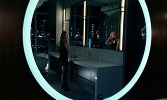 """Glattes Design und hohe Schuhe: Die Zukunftsvision von """"Westworld"""" hebt sich ab von düsteren Science-Fiction-Weltentwürfen. Doroles (Evan Rachel Wood) betritt in Staffel drei die """"echte"""" Menschenwelt – oder ist auch das nur eine Simulation?"""