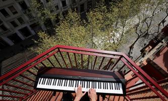 """""""Walter Benjamin hat geschrieben, Glück bestehe darin, ohne Furcht zu leben. In diesen Tagen lässt sich in Europa nicht mehr ohne Furcht leben."""" Barcelona, März 2020: Ein Amateurpianist spielt auf dem Balkon für seine Nachbarn."""