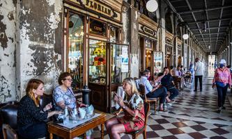 Auch in Venedig wünscht man sich eine Rückkehr zur Normalität – wie etwa im Café Florian