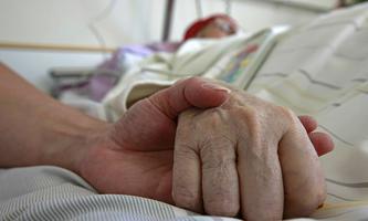 Ein Patient liegt am 08.07.2008 auf einer Intensivstation des katholischen Krankenhauses in Erfurt. V e r o e f f e n t