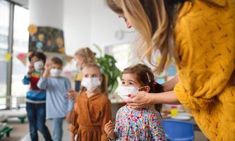 """Strenger bezeichnet den Aufschrei um RSV-Infektionen bei Kindern großteils als """"Panikmache""""."""