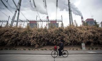 Archivbild eines Kohlekraftwerks in China, wo die Industrie mittlerweile wieder auf Hochtouren läuft.