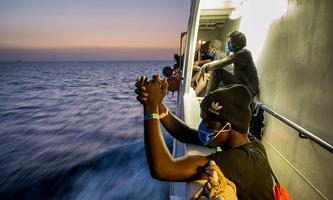 """Migranten Anfang September auf dem Rettungsschiff """"Sea Watch 4""""vor der Küste Siziliens."""