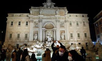 Szenerie aus Rom vor dem Trevibrunnen während der Coronakrise in Italien.