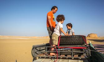 Gasser Abdel Razek mit seinen Kindern bei einer seiner Wüstenfahrten, die er so liebt.