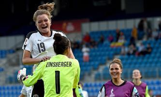 Verena Aschauer und Manuela Zinsberger bejubeln den Sieg der ÖFB-Frauen im Viertelfinale.