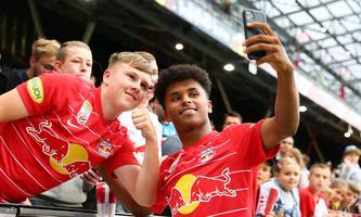 Nahbar und für Selfies oder Tore immer zu haben: Karim Adeyemi avancierte binnen kürzester Zeit zum neuen Liebling der Fans.