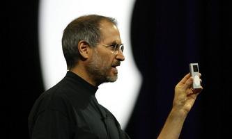 "Steve Jobs bei der Präsentation des ""iPod Mini"" 2004"