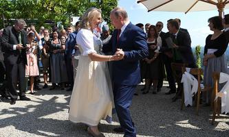 Außenministerin Karin Kneissl sorgte mit einem Knicks für Debatten.