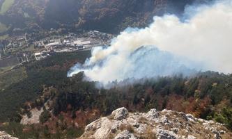 Rauchschwaden sind über dem betroffenen Waldgebiet in Niederösterreich zu sehen.