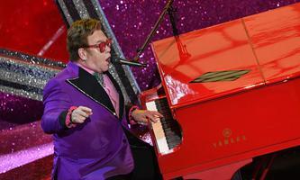 Elton John, hier bei der Oscar-Verleihung im Februar, will nach einem Tag Pause seine Tour fortsetzen.
