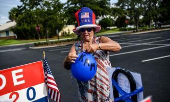 Diese ältere Dame feiert die Nominierung von Joe Biden und Kamala Harris.