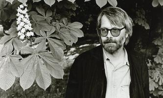 """Der steirische Schriftsteller """"Am Himmel"""" – hoch über Wien: Gerhard Roth."""