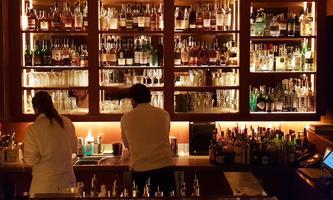 An Bars zu stehen und zu trinken ist derzeit ohnehin nicht erlaubt – und wer am Tisch isst oder trinkt, muss ab Montag in Wien Kontaktdaten hinterlassen.