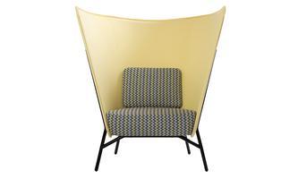 """Abstandhalter. """"Aura"""" heißt der Sessel des finnischen Herstellers Inno."""