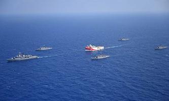 Das türkische Forschungsschiff Oruc Reis mit militärischer Eskorte im Mittelmeer.