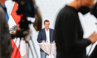 Er solle sich gefälligst ordentlich anziehen, schrieben Bürger in E-Mails an Wolfgang Mückstein, nachdem er sich in Jeans und Sneakers vorgestellt hat.