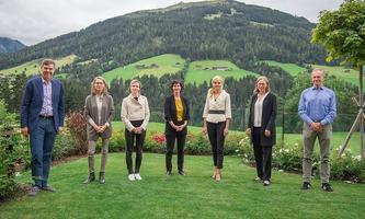 Der neue designierte Alpbach-Vorstand: Werner Wutscher (Generalsekretär), die fünf Vize-Präsidentinnen Katja Gentinetta, Florence Gaub, Marie Ringler, Katarzyna Pisarska, Michaela Fritz und Präsident Andreas Treichl (v. li.)
