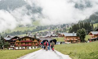 """Die Teilnehmer des """"Talk auf der Alm"""" mussten in diesem Jahr im Regen von Alpach auf die Zirmalm wandern."""
