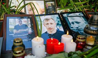 Viele Menschen zünden Kerzen für den ums Leben gekommenen Vitali Schischow in Kiew an.