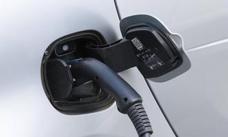 Elektroauto, E-Auto beim Aufladen an der Ladestation mit Ladekabel, Stuttgart, Baden-Wuerttemberg, Deutschland, Europa *