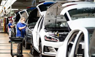 Archivbild aus dem VW-Werk im deutschen Wolfsburg von Ende April. Die EU rechnet auch 2022 nur mit einem kleinen Aufschwung.