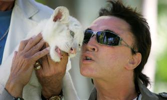 Magier Roy Horn mit einem Tigerbaby in seinem Haus in Las Vegas, 2008.