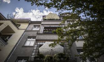 Zwei Dinge gilt es bei Altbauten mit Balkonen zu beachten, nämlich die (bau-)rechtliche sowie die technische Machbarkeit.