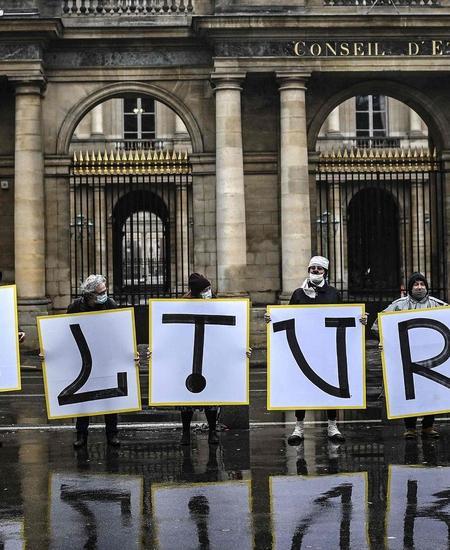 Allerorten wehren sich Kulturschaffende und -freunde gegen die massiven Einschränkungen in der Covid-Pandemie. Im Bild: Demonstranten vor dem Conseil d'État in Paris. Oft beschwören sie dabei die besondere Bedeutung der Kultur.