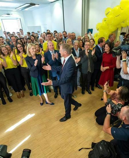 Thomas Stelzer (ÖVP) bedankt sich bei seinen Helfern.