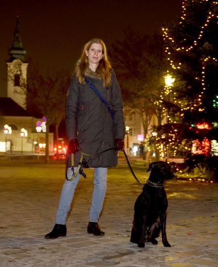 Sonja Krenn mit ihrem Hund. Die Kulturmanagerin kann dem ruhigeren Advent auch Positives abgewinnen, findet es aber schade, dass vieles nicht stattfinden wird.